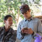 Mostrándole a un birmano dónde queda Colombia