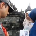 Varios grupos de estudiantes visitan el sitio para practicar inglés con los extranjeros