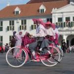 Los domingos la plaza Fatahillah se llena de jóvenes que alquilan bicicletas (con sombreros del mismo color)
