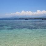 El agua es muy cristalina, de hecho se puede hacer snorkeling directamente desde la playa