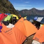 Nuestro campamento la primera noche, cientos de carpa en el anillo del cráter