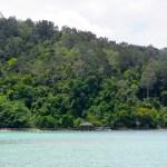 El agua es bastante cristalina y las islas muy verdes
