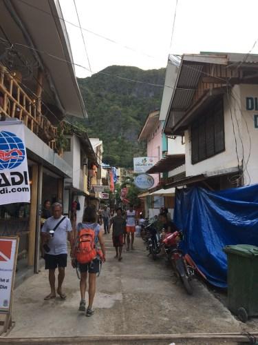 Las calles de El Nido, caos y mucho comercio