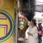 Creyente hindú ofreciendo flores a uno de sus dioses