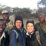 Nuestros guías y el ranger del safari caminando