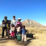 Con nuestro guía y algunos de los niños