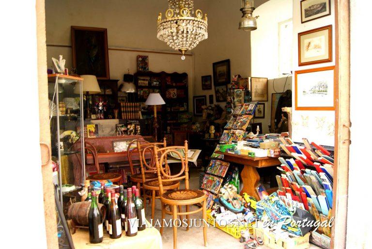 La tienda de antigüedades, en una de las paredes del palacio dos Duques de Aveiro, Azeitao, Portugal