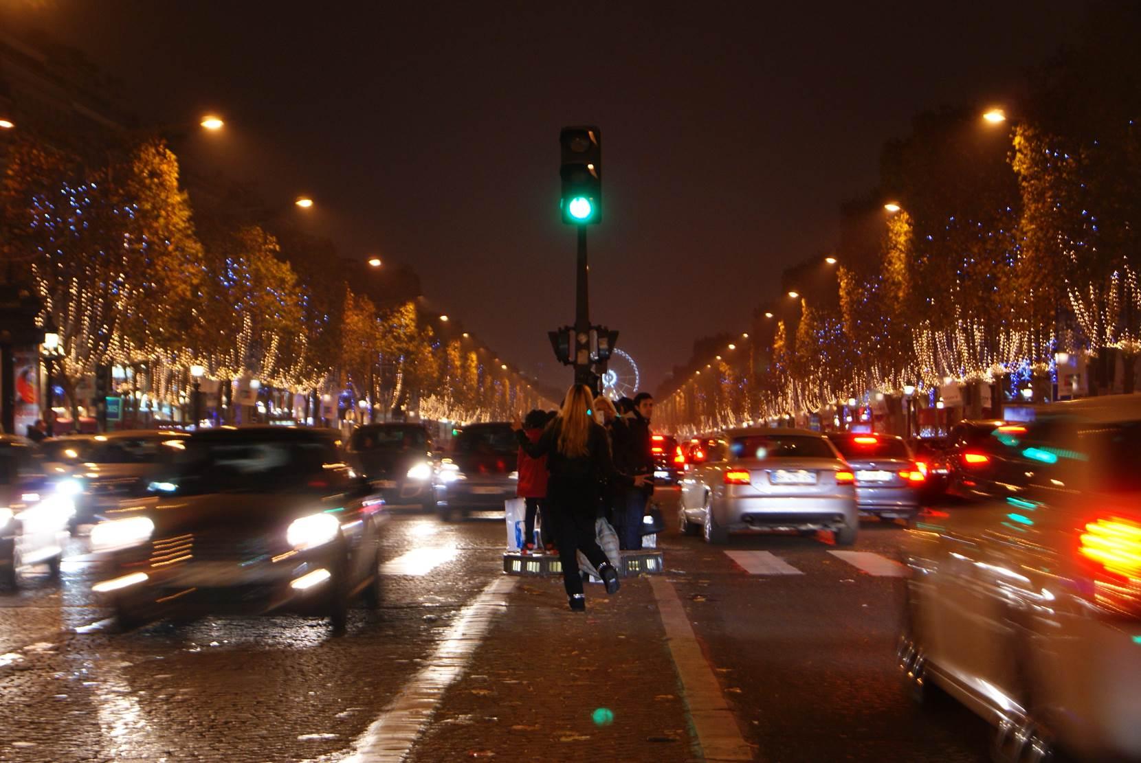 Turistas intentando sacar fotos en pleno tráfico de Campos Elíseos. París, que ver y que hacer en cuatro días