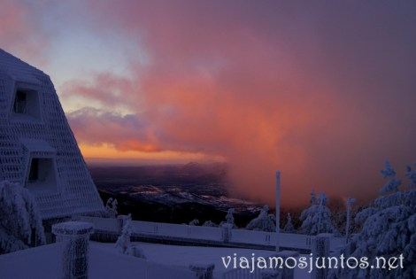 Los ricos colores del amanecer Esquí de fondo, una ruta de senderismo y trineos, y mucha diversión en la nieve en Navacerrada, Sierra de Guadarrama, Parque Nacional. Madrid