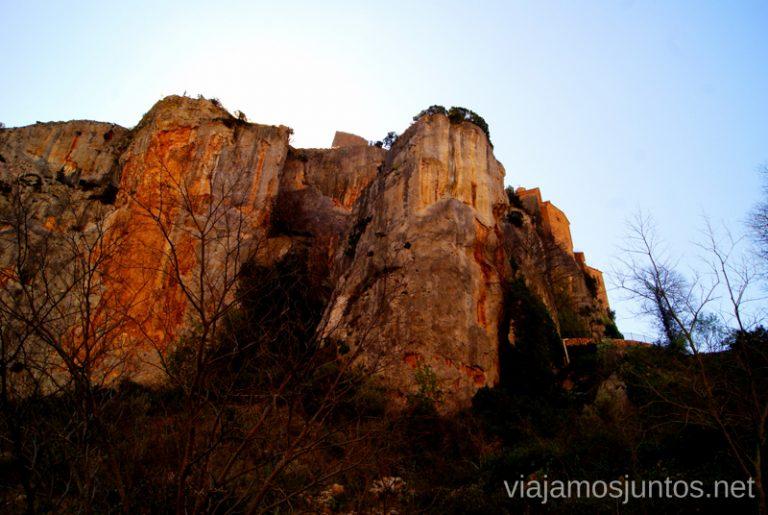 Las imponentes montañas que rodean la bajada a la ruta Que ver y que hacer en Alquezar, Huesca, Aragón.