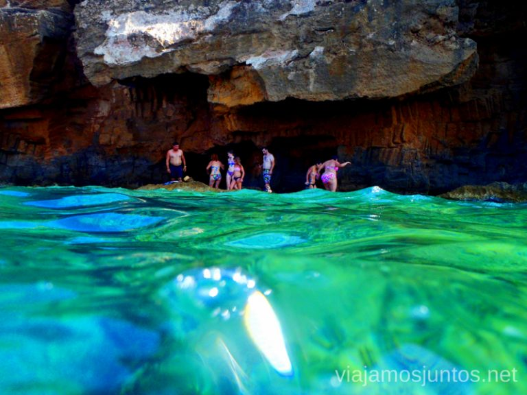 La gente que sale de la cueva Ruta desde Les Rotes hasta laa Cueva Tallada a pie. Denia. Valencia