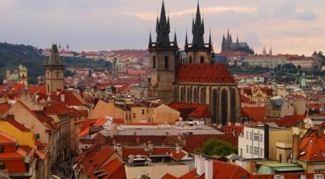 La catedral, el castillo y los tejados Vistas panorámicas de Praga, República Checa