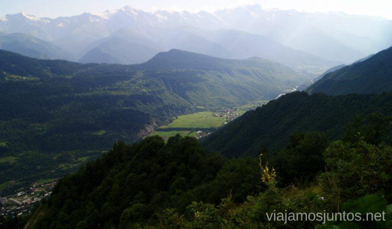 Paisaje más allá de Mestia, el Gran Cáucaso Ruta de senderismo a la Cruz de Mestia Svaneti Georgia