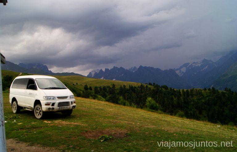 Hasta aquí llegan coches también... Las montañas del Gran Cáucaso Ruta de senderismo a la Cruz de Mestia Svaneti Georgia
