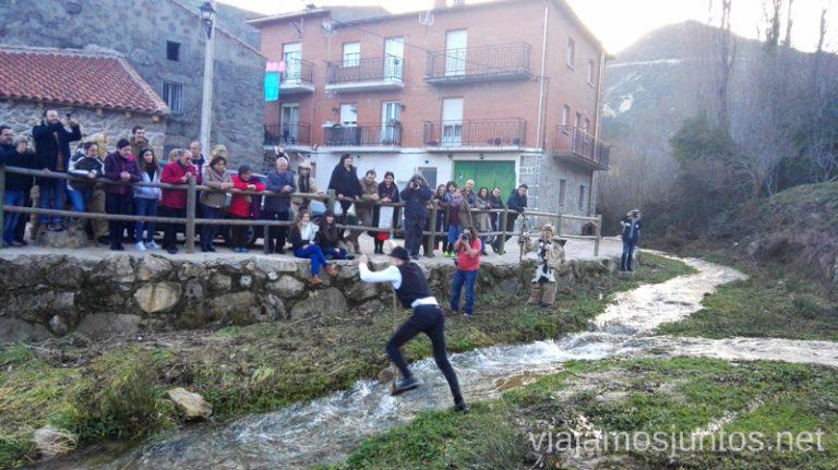 El Alcalde cruzando el río Chico en Navalacruz Harramachos de Navalacruz, Ávila Mascaradas Abulenses en Gredos Carnavales