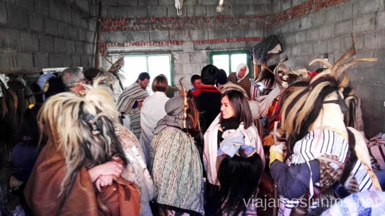 Cucurrumachos vistiéndose Cucurrumachos de Navalosa, Ávila Mascaradas Abulenses en Gredos Carnavales