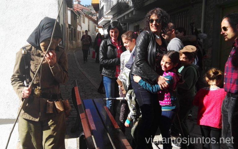 Machurreros asustando a los niños durante Mascaradas AbulensesMascaradas Abulenses en Gredos. Carnavales tradicionales populares Ávila Castilla y León