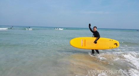Denys con el subidón de haber cogido alguna ola Surfear por primera vez Surfear en Galicia #GanasdeArtSurfCamp