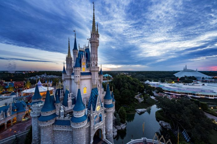 """O Walt Disney World Resort anunciou que pretende reabrir em fases a partir de 11 de julho de 2020, dependendo apenas da aprovação do estado (leia mais). E quando os parques temáticos reabrirem, a Disney gerenciará a participação por meio de um novo sistema e irá exigir que todos os visitantes façam uma reserva antecipada e além disso informou outras alterações, dentre elas: a suspensão do FastPass+ e das Extra Magic Hours (""""Horas Mágicas Extras"""")."""