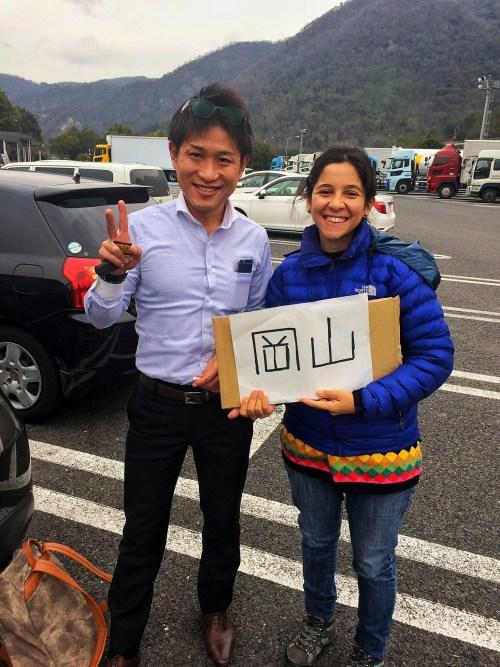 Celeste sostiene nuestro cartel de Okayama