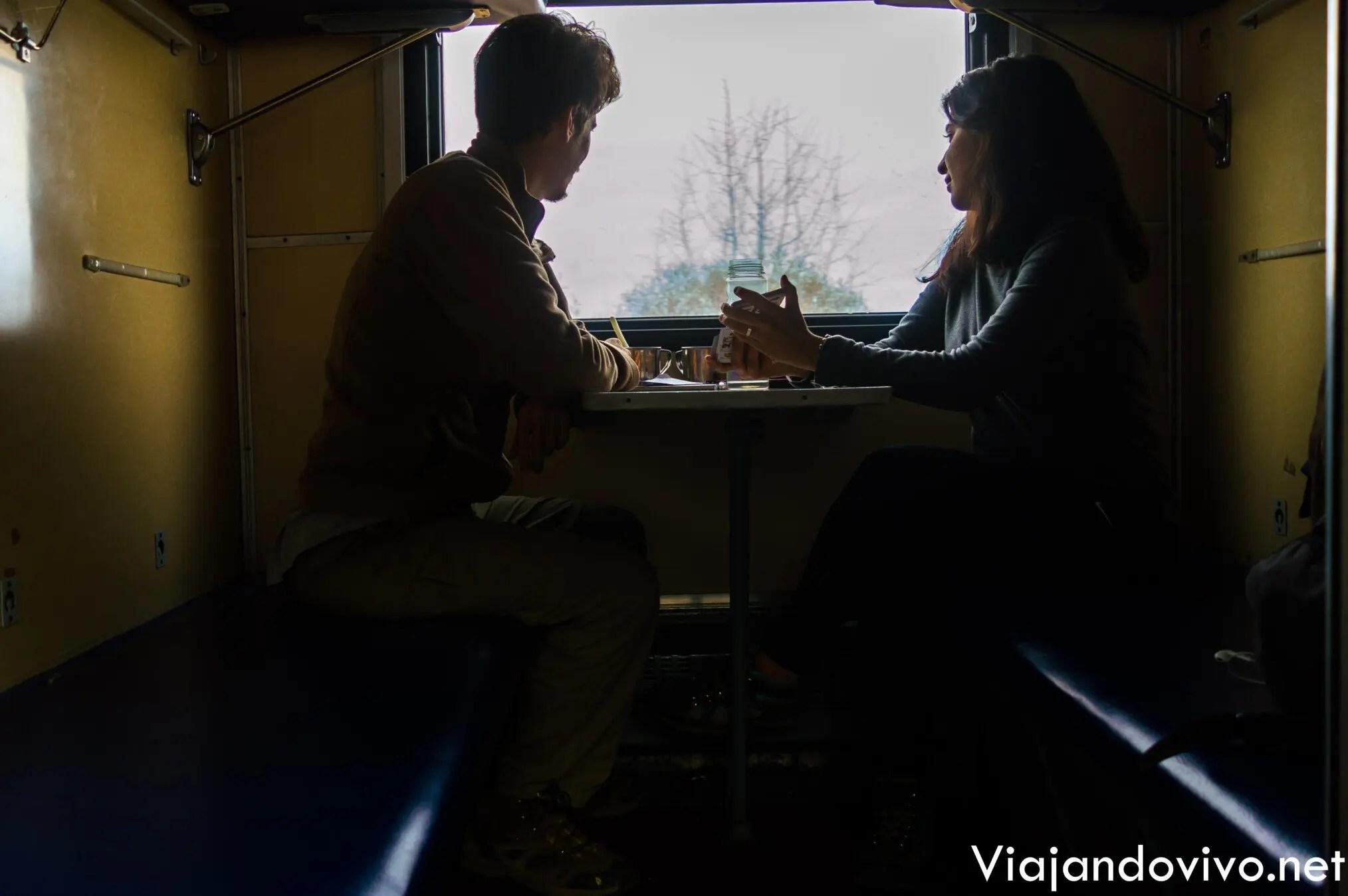 Ariel y Celeste viajando en el Tren Transiberiano