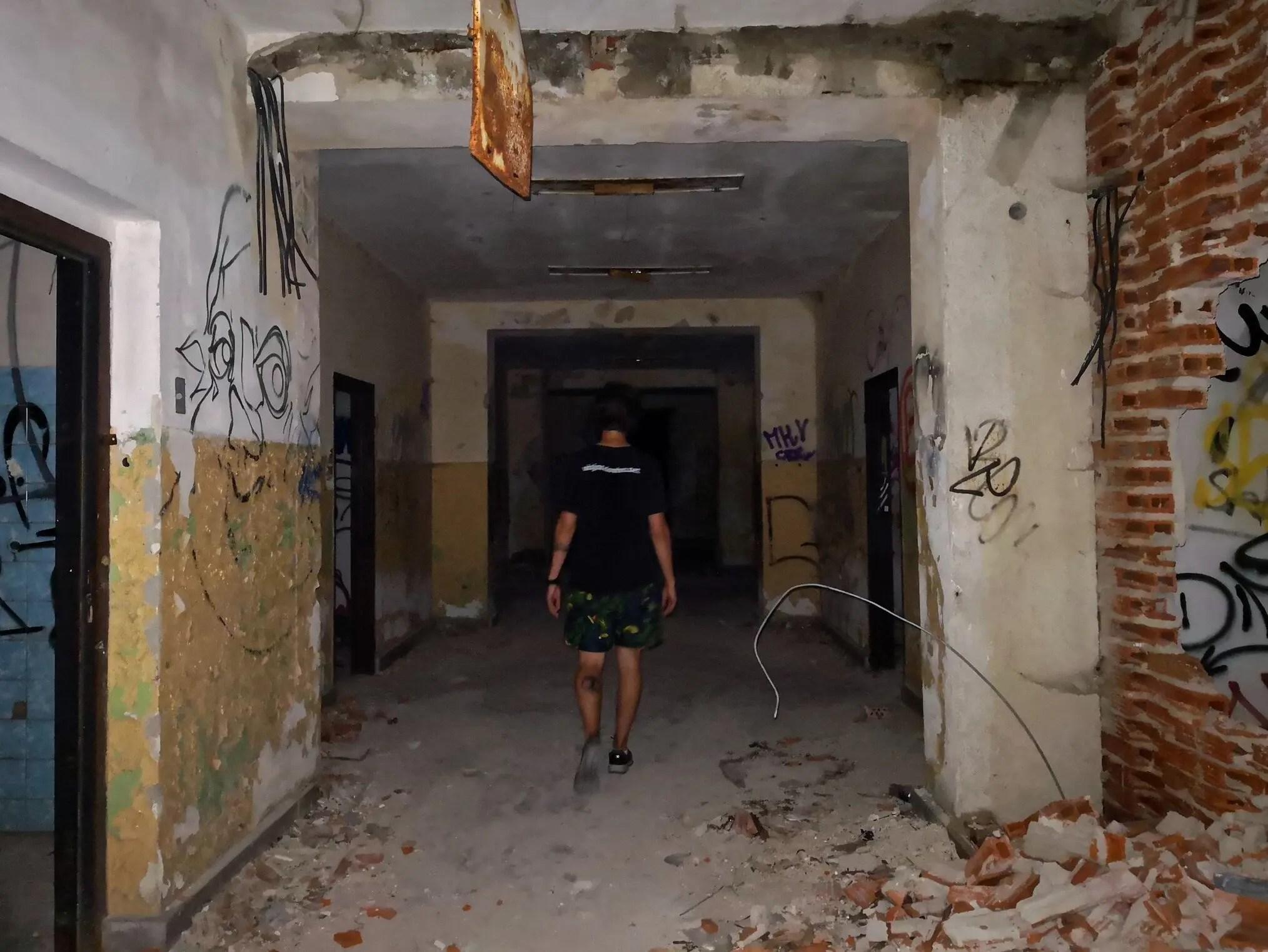 Caminando por edificio abandonado en Bratislava