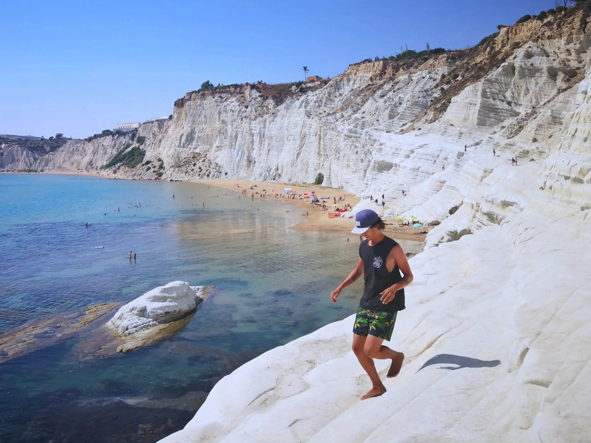 Caminando por la Scala dei Turchi en la isla de Sicilia