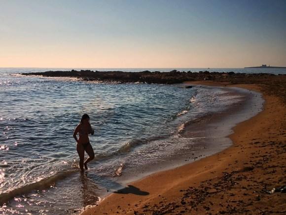 Celeste al amanecer en la costa de Sicilia