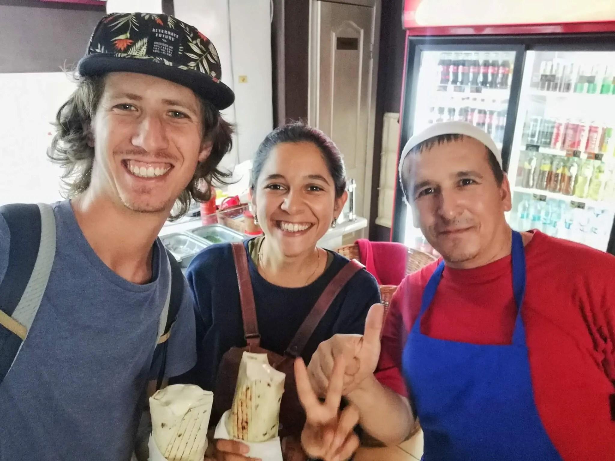 Con un vendedor de shawarma en Jerson