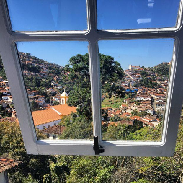 Vista de Ouro Preto através da Janela do Restaurante Bené da Flauta
