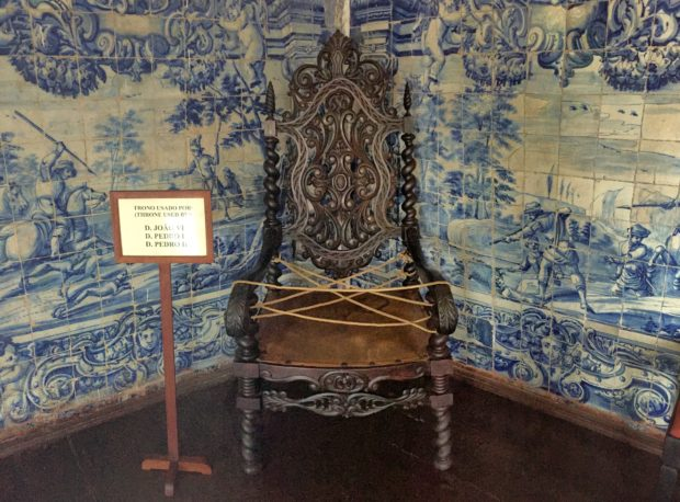 Trono que o Imperador D. João VI utilizou quando a corte portuguesa se mudou para o Brasil em 1808