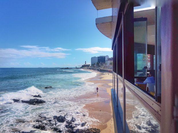 Almoçando no Restaurante Barravento, curtindo a vista do Farol da Barra.