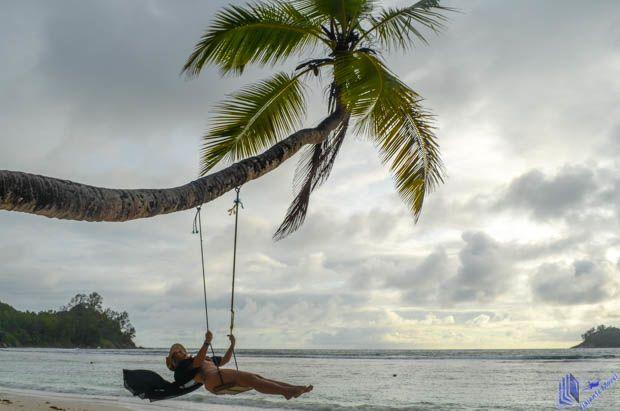 balanço na praia em mahe seychelles