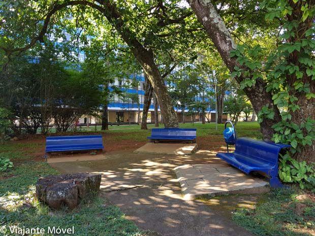 praça da 308 sul Quadra Modelo em Brasília com bancos azuis