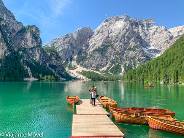 Lago di Braies no verão nas Dolomitas nos Alpes Italianos