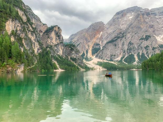 Dolomitas e o Lago de Braies na Itália