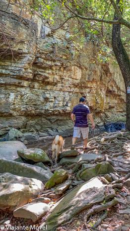 Cachoeira com nosso akita em Três Marias, Minas Gerais