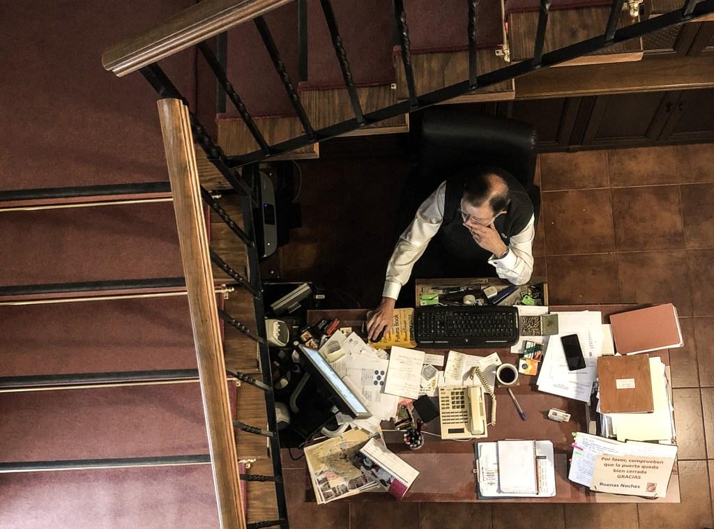 Miguel Angel en su despacho