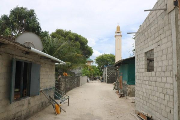 Calle de la mezquita en la isla local