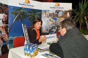Haydee Kuret de Rainieri, presidenta de Asonahores, ofrece información a un visitante al workshop
