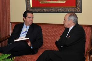 El secretario de Turismo, Francisco Javier García, conversa con el cardenal Nicolás de Jesús López Rodríguez