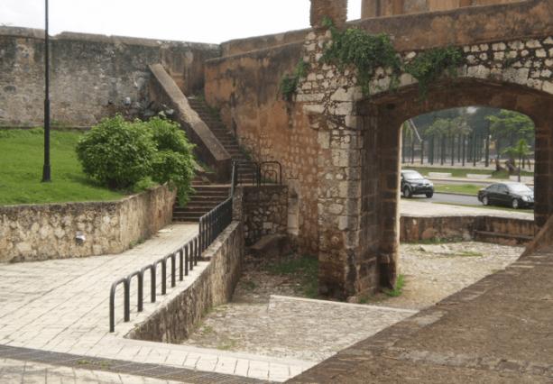 la muralla de Santo Domingo hay una aguja
