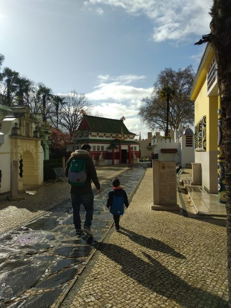 portugal dos pequenitos zona colonial coimbra con niños