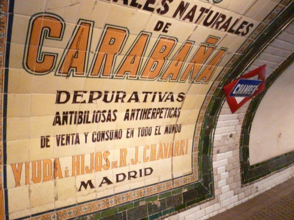 Imagen estación Chamberí. Anuncio de Agua de Carabaña