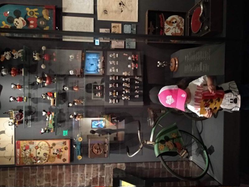 Museo Familiar Walt Disney vitrina con merchandasing de distintos años