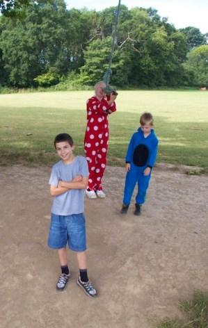 crianças e pijamas