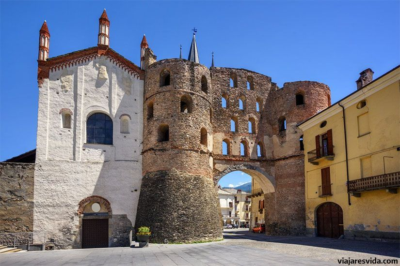 Porta Savoia. A la izquierda está la catedral