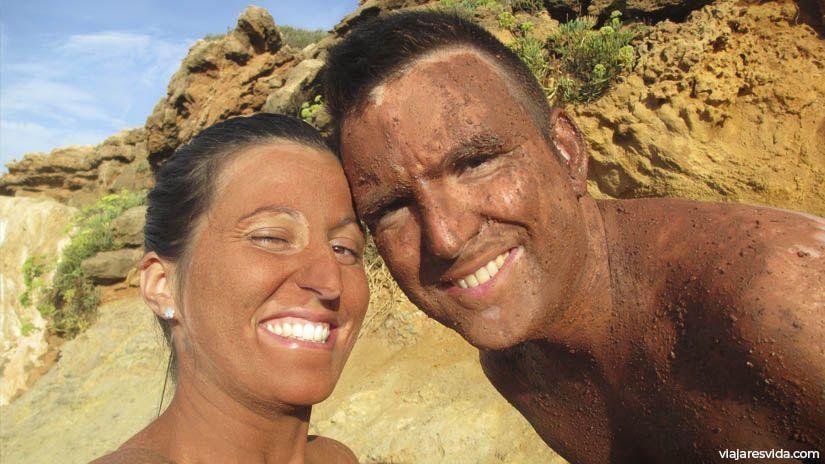 Baño de barro en Cala Pregonda en Menorca