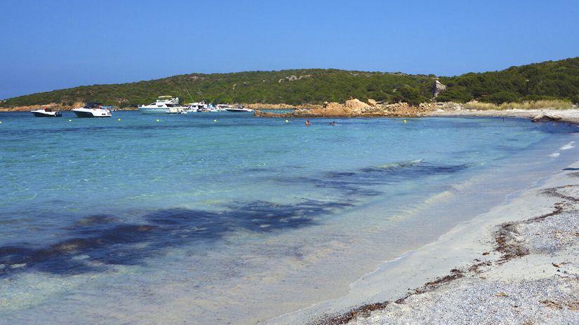 Playa de los dos mares en Caprera