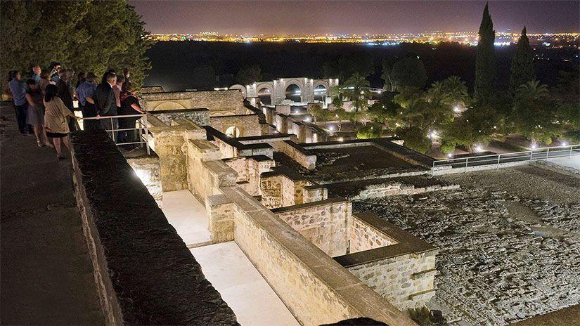 Medina Azahara iluminada en la noche